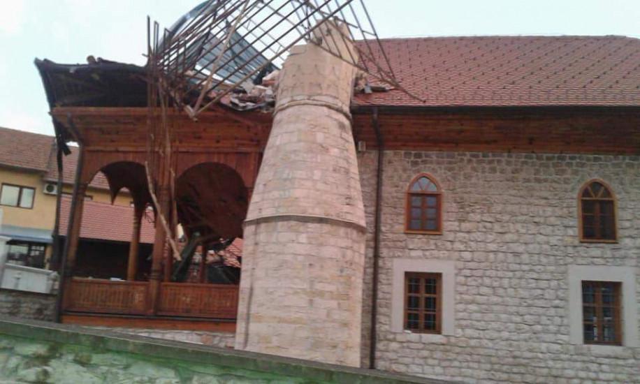 Snažan vjetar srušio munaru na Čaršijskoj džamiji u Tešnju