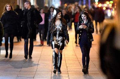 Sarajevskim ulicama za Halloween prošetali kosturi, vampiri, zombiji, vještice...