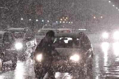 Sporije saobraćanje zbog snijega, na GP Izačić i Velika Kladuša zabrana za teretna vozila