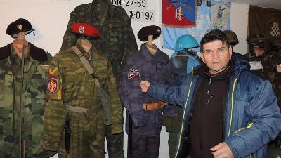 Osman Sulić u privatnom muzeju čuva vrijednu kolekciju ratnih suvenira