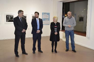 """U bihaćkoj Gradskoj galeriji otvorena izložba """"Mona Liza i Supermen: Džon Kenedi i nova granica kulture"""