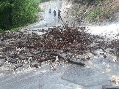 Zbog odrona blokirana cesta Donji Srbljani - Srbljani - Jezero